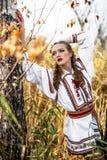 Νέο κορίτσι στο θερινό τομέα στα εθνικά λευκορωσικά ενδύματα, fas στοκ εικόνες με δικαίωμα ελεύθερης χρήσης