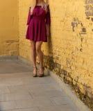 Νέο κορίτσι στο θερινό φόρεμα στα ελαφριά πάνινα παπούτσια στην τοποθέτηση οδών Στοκ φωτογραφία με δικαίωμα ελεύθερης χρήσης