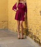 Νέο κορίτσι στο θερινό φόρεμα στα ελαφριά πάνινα παπούτσια στην τοποθέτηση οδών Στοκ Εικόνες