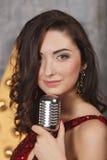 Νέο κορίτσι στο κόκκινο τραγούδι φορεμάτων κοκτέιλ Στοκ εικόνα με δικαίωμα ελεύθερης χρήσης