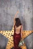 Νέο κορίτσι στο κόκκινο φόρεμα κοκτέιλ Στοκ εικόνα με δικαίωμα ελεύθερης χρήσης