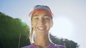 Νέο κορίτσι στο ομοιόμορφο χαμόγελο αντισφαίρισης στη κάμερα απόθεμα βίντεο