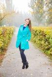 Νέο κορίτσι στο πάρκο φθινοπώρου στα ξημερώματα Στοκ φωτογραφία με δικαίωμα ελεύθερης χρήσης