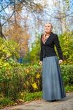 Νέο κορίτσι στο πάρκο Στοκ Φωτογραφία