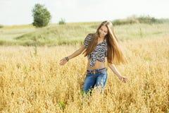 Νέο κορίτσι στο πεδίο στοκ εικόνες