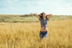 Νέο κορίτσι στο πεδίο στοκ φωτογραφίες με δικαίωμα ελεύθερης χρήσης