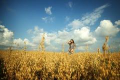 Νέο κορίτσι στο πεδίο στοκ εικόνα με δικαίωμα ελεύθερης χρήσης