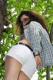 Νέο κορίτσι στο πουκάμισο δέντρων ανοικτό Στοκ εικόνα με δικαίωμα ελεύθερης χρήσης