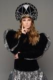 Νέο κορίτσι στο φόρεμα θορίου του ρωσικού ύφους Στοκ εικόνα με δικαίωμα ελεύθερης χρήσης