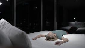 Νέο κορίτσι στο δωμάτιο το βράδυ απόθεμα βίντεο