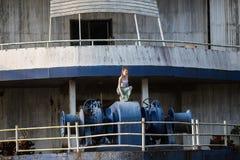Νέο κορίτσι της μικτής τοποθέτησης φυλών σε ένα εγκαταλειμμένο σκάφος Στοκ εικόνα με δικαίωμα ελεύθερης χρήσης