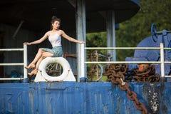 Νέο κορίτσι της μικτής τοποθέτησης φυλών σε ένα εγκαταλειμμένο σκάφος Στοκ φωτογραφία με δικαίωμα ελεύθερης χρήσης