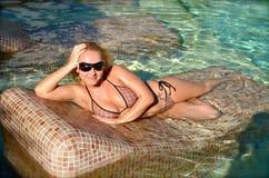 Νέο κορίτσι της Νίκαιας στην πισίνα στοκ φωτογραφία με δικαίωμα ελεύθερης χρήσης