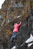 Το νέο κορίτσι αναρριχείται στους βράχους Στοκ φωτογραφίες με δικαίωμα ελεύθερης χρήσης