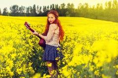 Νέο κορίτσι τρίχας πιπεροριζών στο ύφος της δεκαετίας του '70 με την ακουστική κιθάρα Στοκ φωτογραφία με δικαίωμα ελεύθερης χρήσης