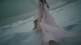 Νέο κορίτσι φαντασίας που περπατά στον αμμόλοφο άμμου στο lakeshore Μαγικές κινήσεις της αρκετά αθώας νύμφης απόθεμα βίντεο