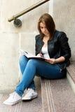 Νέο κορίτσι φοιτητών πανεπιστημίου που προετοιμάζεται για την κατηγορία Στοκ Φωτογραφία