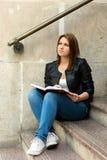 Νέο κορίτσι φοιτητών πανεπιστημίου που προετοιμάζεται για την κατηγορία Στοκ εικόνα με δικαίωμα ελεύθερης χρήσης