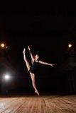 Νέο κορίτσι χορευτών brunette στο διασπασμένο άλμα Στοκ Φωτογραφίες