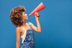 Νέο κορίτσι Afro που κραυγάζει από κόκκινο megaphone στοκ εικόνα με δικαίωμα ελεύθερης χρήσης