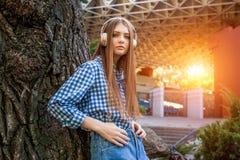 Νέο κορίτσι brunette γυναικών χαριτωμένο που στέκεται κοντά στο δέντρο Στοκ φωτογραφίες με δικαίωμα ελεύθερης χρήσης