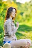 Νέο κορίτσι Brunette που περπατά την άνοιξη το πάρκο Στοκ Εικόνα