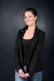 Νέο κορίτσι brunette στη στάση παλτών Στοκ εικόνες με δικαίωμα ελεύθερης χρήσης
