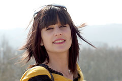 Νέο κορίτσι brunette, τρίχα στον αέρα Στοκ Φωτογραφίες