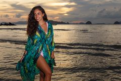 Νέο κορίτσι posses στην παραλία AO Nang, Krabi, Ταϊλάνδη Στοκ φωτογραφία με δικαίωμα ελεύθερης χρήσης