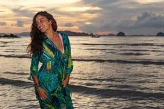 Νέο κορίτσι posses στην παραλία AO Nang, Krabi, Ταϊλάνδη Στοκ εικόνα με δικαίωμα ελεύθερης χρήσης