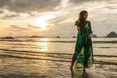 Νέο κορίτσι posses στην παραλία AO Nang, Krabi, Ταϊλάνδη Στοκ Φωτογραφία
