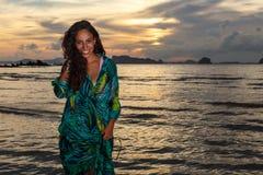 Νέο κορίτσι posses στην παραλία AO Nang, Krabi, Ταϊλάνδη Στοκ Φωτογραφίες