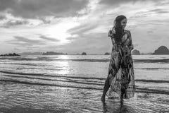Νέο κορίτσι posses στην παραλία AO Nang, Krabi, Ταϊλάνδη Στοκ Εικόνες