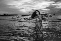 Νέο κορίτσι posses στην παραλία AO Nang, Krabi, Ταϊλάνδη Στοκ εικόνες με δικαίωμα ελεύθερης χρήσης
