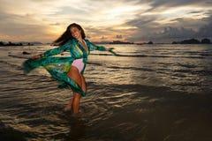 Νέο κορίτσι posses στην παραλία AO Nang, Krabi, Ταϊλάνδη Στοκ φωτογραφίες με δικαίωμα ελεύθερης χρήσης
