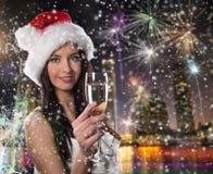 Νέο κορίτσι Santa με το γυαλί σαμπάνιας Στοκ φωτογραφίες με δικαίωμα ελεύθερης χρήσης