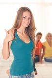 Νέο κορίτσι showimg αντίχειρας-επάνω Στοκ φωτογραφία με δικαίωμα ελεύθερης χρήσης