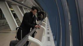Νέο κορεατικό τηλέφωνο χρήσεων επιχειρηματιών, που στέκεται στον αερολιμένα που χτίζει στο εσωτερικό απόθεμα βίντεο