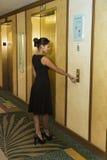 Νέο κουμπί ανελκυστήρων επιχειρησιακών γυναικών ωθώντας Στοκ φωτογραφία με δικαίωμα ελεύθερης χρήσης
