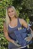 Νέο κουτί εργαλείων κηπουρικής εκμετάλλευσης γυναικών Στοκ φωτογραφία με δικαίωμα ελεύθερης χρήσης