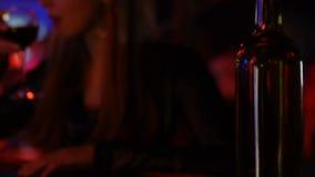 Νέο κρασί κατανάλωσης γυναικών στο φραγμό, μπουκάλι λήξης, επιβλαβής εθισμός συνήθειας απόθεμα βίντεο