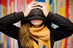 Νέο κρύψιμο γυναικών στοκ εικόνα με δικαίωμα ελεύθερης χρήσης