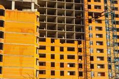 νέο κτήριο κάτω από την οικοδόμηση με την εργασία τούβλου και τους γερανούς Στοκ Εικόνες
