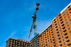 νέο κτήριο κάτω από την οικοδόμηση με την εργασία τούβλου και τους γερανούς Στοκ εικόνα με δικαίωμα ελεύθερης χρήσης