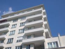 Νέο κτήριο - σύγχρονο σπίτι διαμερισμάτων Στοκ εικόνες με δικαίωμα ελεύθερης χρήσης