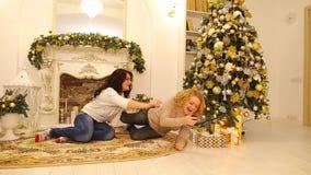 Νέο κόμμα παραμονής έτους ` s δύο φίλων στο εορταστικό βράδυ στο φωτεινό καθιστικό με την εορταστική εστία που διακοσμείται με απόθεμα βίντεο