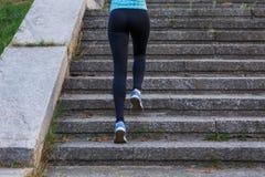 Νέο λεπτό να ανεβεί γυναικών στα σκαλοπάτια το πρωί Στοκ Φωτογραφία