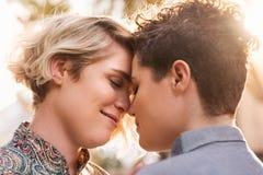 Νέο λεσβιακό ζεύγος που μοιράζεται μια ρομαντική στιγμή στην πόλη στοκ εικόνες