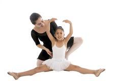 Νέο μάθημα χορού εκμάθησης ballerina μικρών κοριτσιών με το δάσκαλο μπαλέτου στοκ φωτογραφία με δικαίωμα ελεύθερης χρήσης
