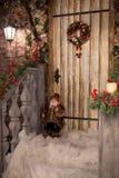 Νέο μέρος έτους ` s που διακοσμείται με το στεφάνι Χριστουγέννων, το χιόνι και το παιχνίδι γ Στοκ Εικόνες
